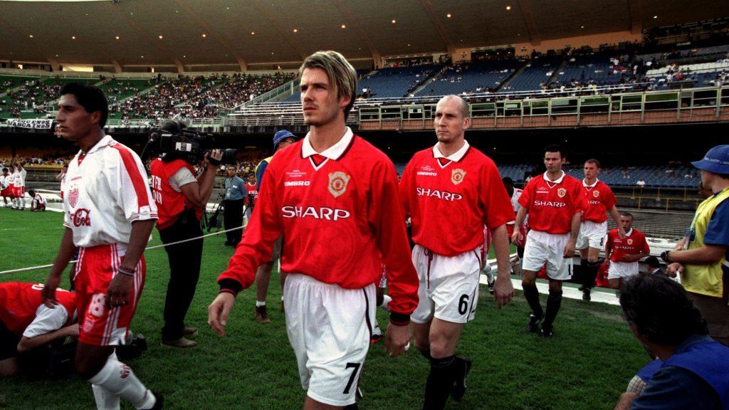 Beckham, do Manchester United, entra em campo contra o Necaxa, no Mundial de 2000