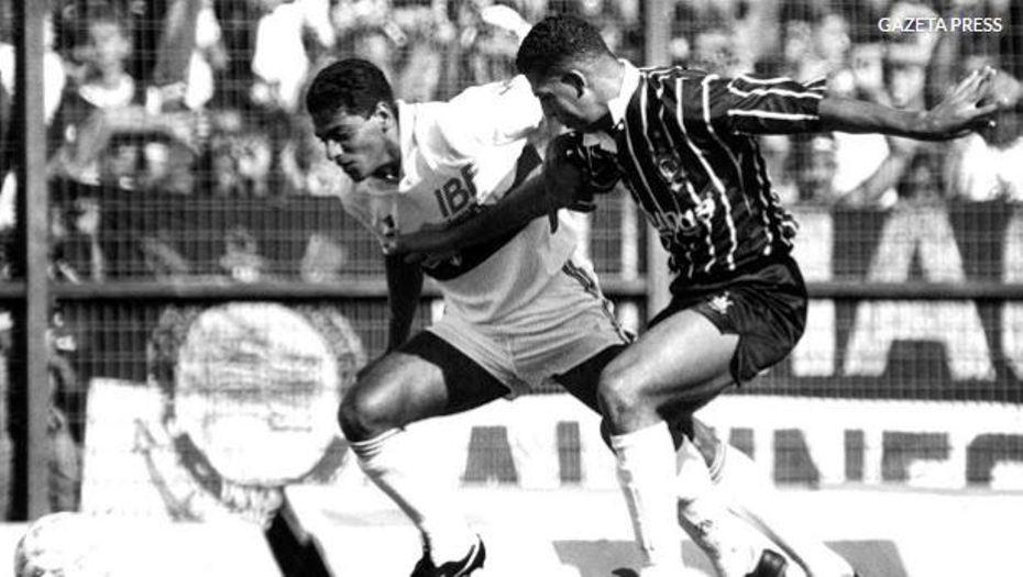 O Atacante Catê disputa a bola com o Zagueiro André Santos