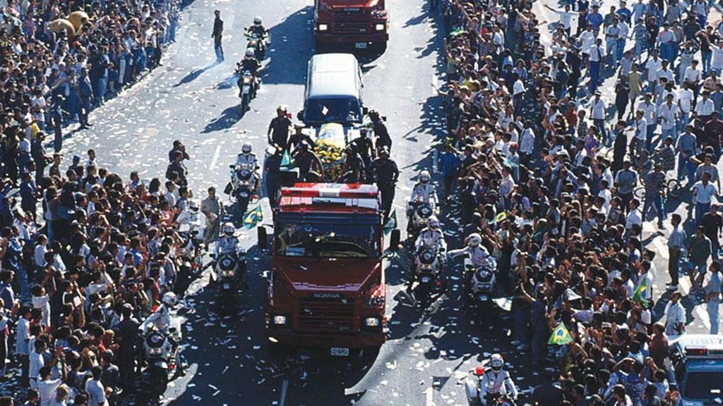 Cortejo com o corpo do piloto levou 1 milhão de pessoas às ruas de São Paulo.