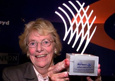 Fanny com seu prêmio de atleta do século.