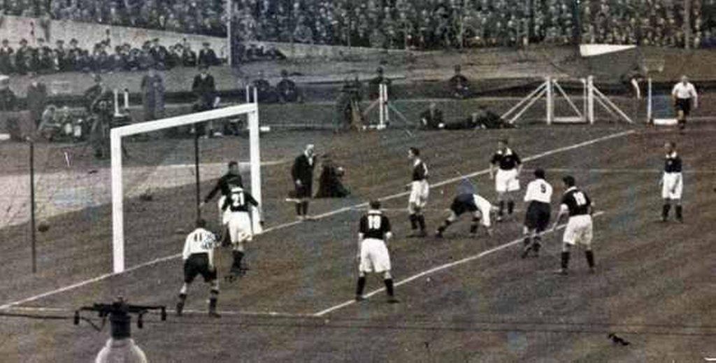 Um dos gols do Everton na vitória contra o City.