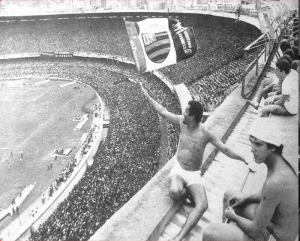 A loucura do torcedor no Flamengo no velho Maraca.