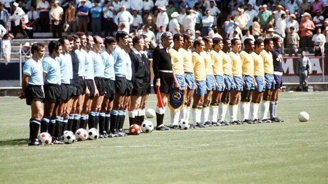 Brasileiros e uruguaios perfilados.