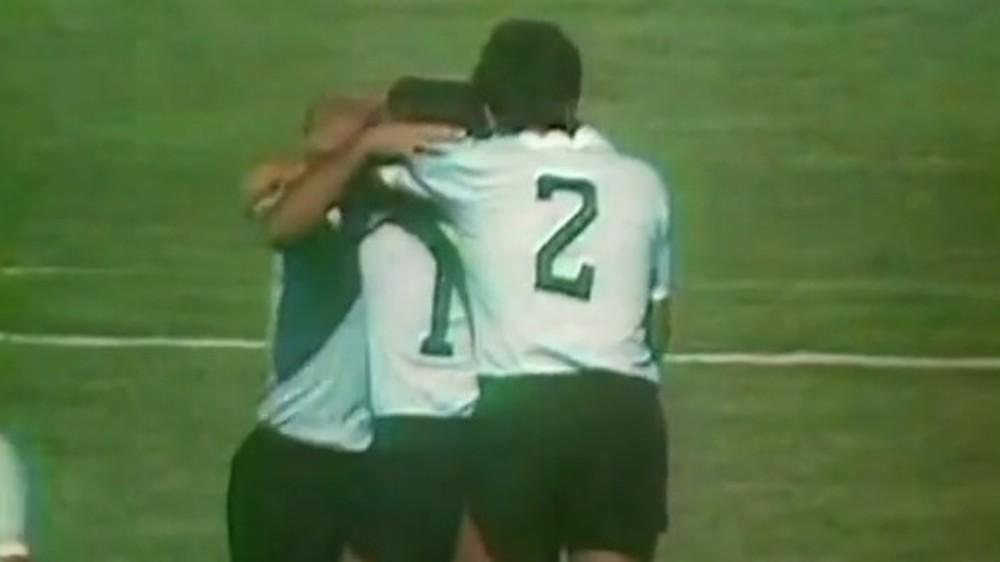 Uruguaios celebram o gol.