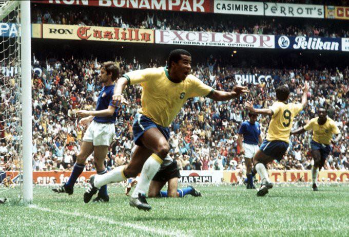 Jairzinho comemora o seu gol.