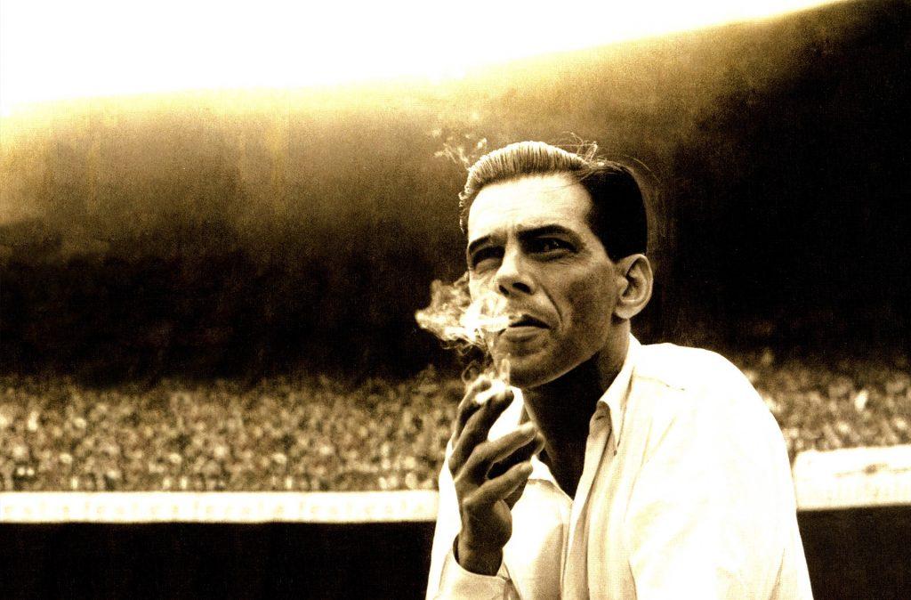 Saldanha fumando à beira do campo do Maracanã.