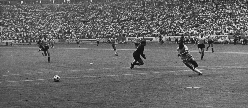 Pelé aplica o histórico drible de corpo sobre Mazurkiewicz
