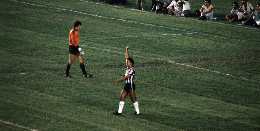 Reinaldo celebra o segundo gol.