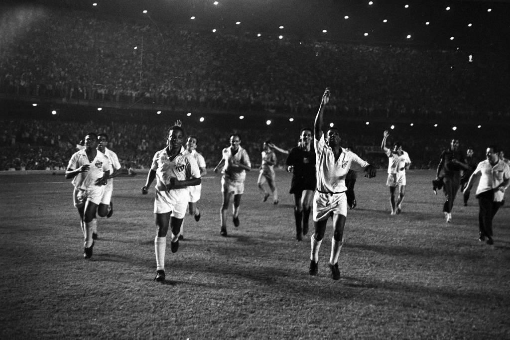 Santos de Pelé celebra vitória sobre o Milan.