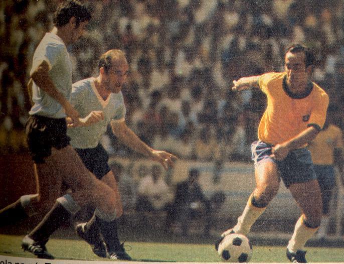Tostão tentando superar a forte defesa uruguaia.