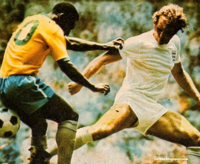 Bob Moore marcando Pelé.