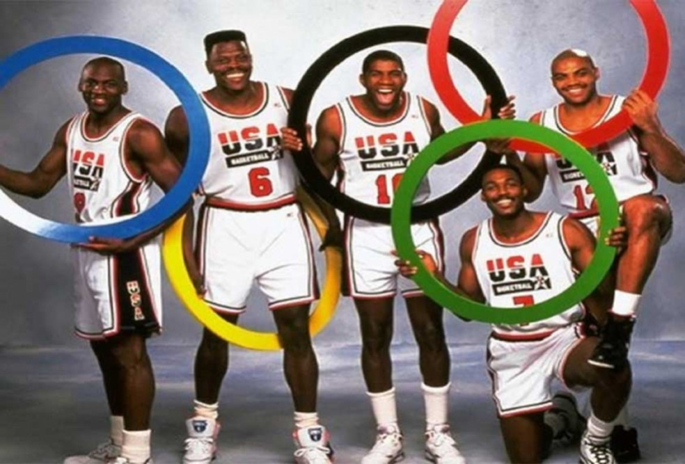 Atletas posam com os anéis olímpicos.