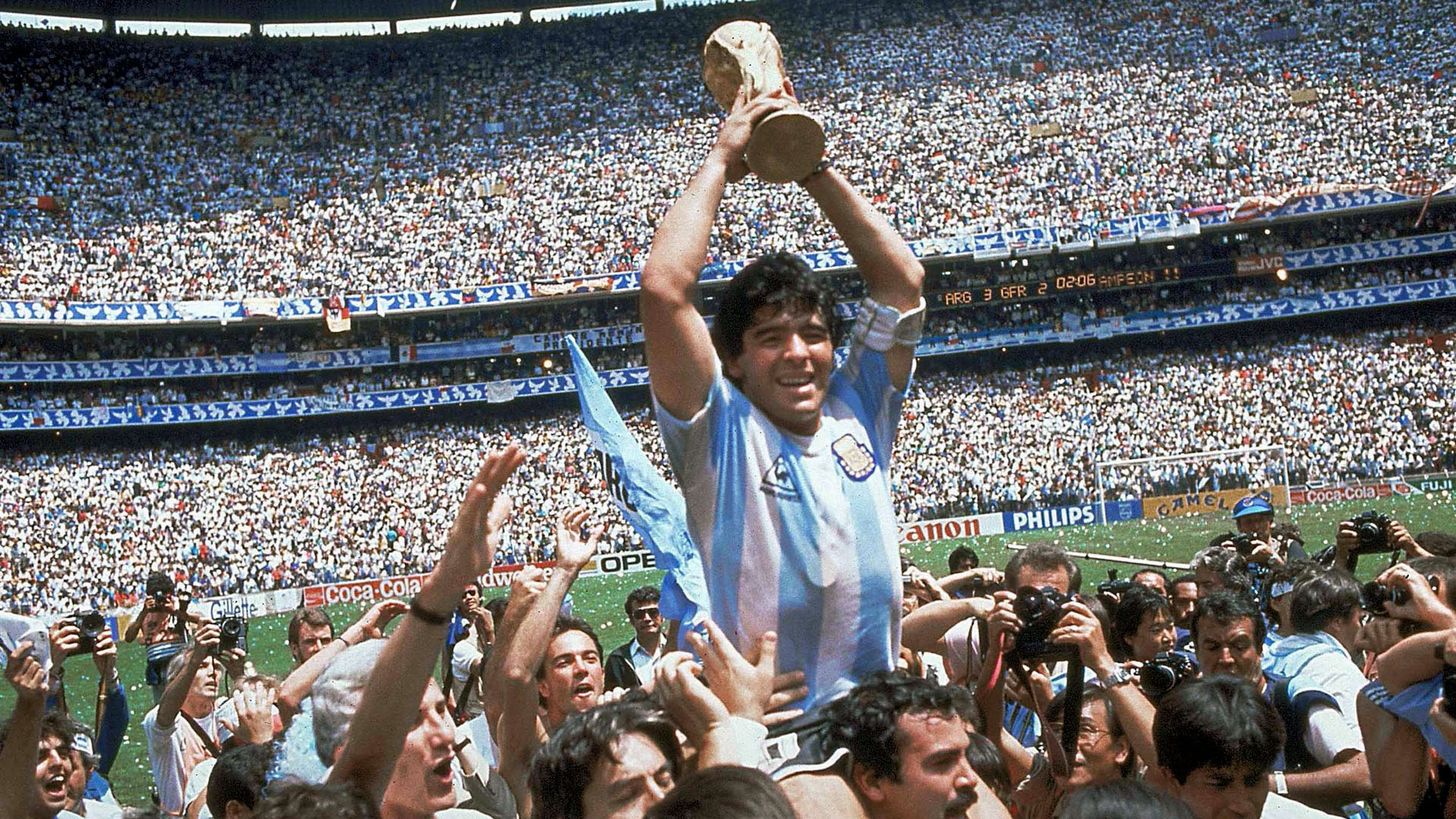 Maradona ergue a Copa do Mundo.