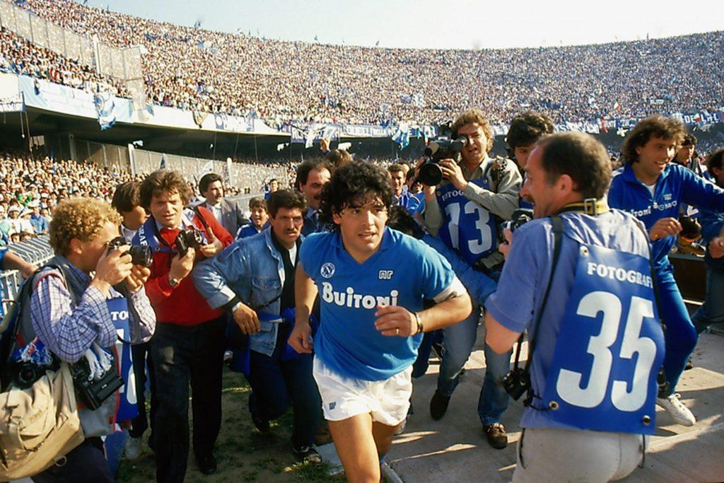 Maradona entrando em campo no San Paolo.