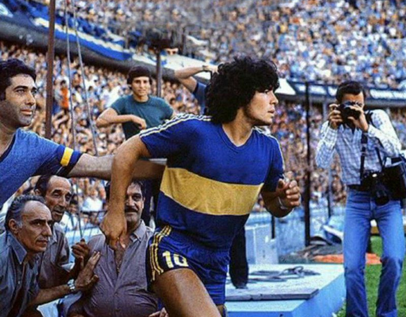Maradona entre em campo na mítica Bombonera.