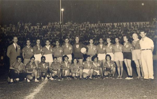 Pioneiras do futebol feminino de Araguari-MG no jogo de estreia em 19/12/1958