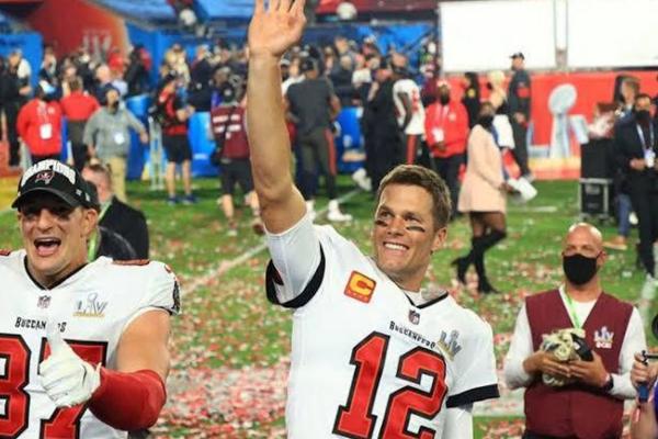 Brady e Gronk comemoram o título