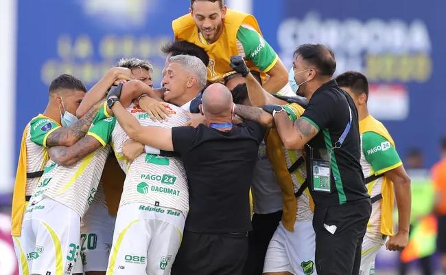 Jogadores comemoram o segundo gol com o técnico Crespo.