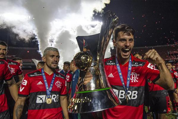 Jogadores do Flamengo com a taça do Brasileirão.